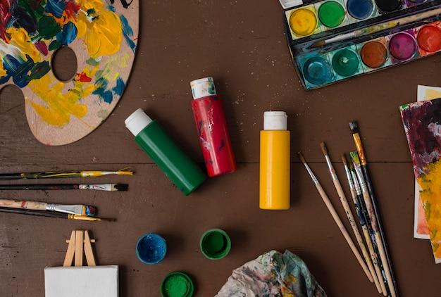 Kunstenaar rekwisieten collectie op tafel
