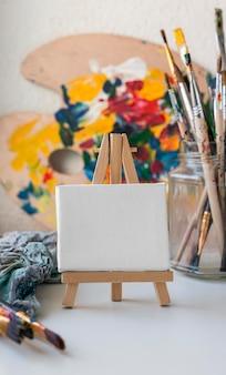 Kunstenaar rekwisieten op tafel