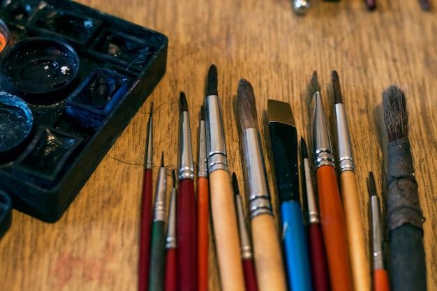 Kunstenaar's penselen in atelier