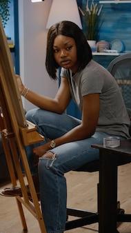 Kunstenaar van afro-amerikaanse etniciteit die vaasontwerp reproduceert