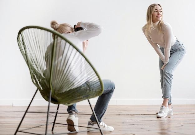 Kunstenaar zittend op een stoel en het nemen van foto's