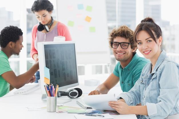 Kunstenaars die bij bureau in creatief bureau werken