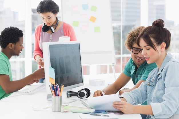 Kunstenaars die bij bureau in het creatieve bureau werken