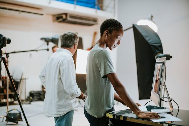 Kunstenaars die in een studio werken