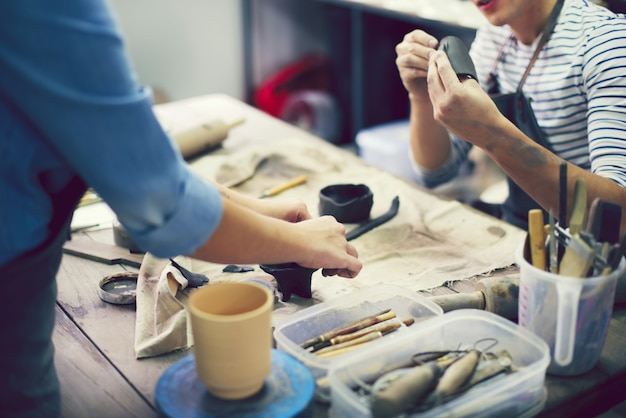 Kunstenaars in een pottenbakkerijstudio