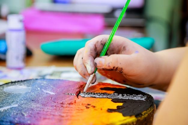 Kunstenaars schilderen afbeeldingen op een verfkwast een afbeelding in hout