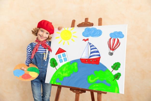Kunstenaarskind dat de afbeelding op canvas schildert.