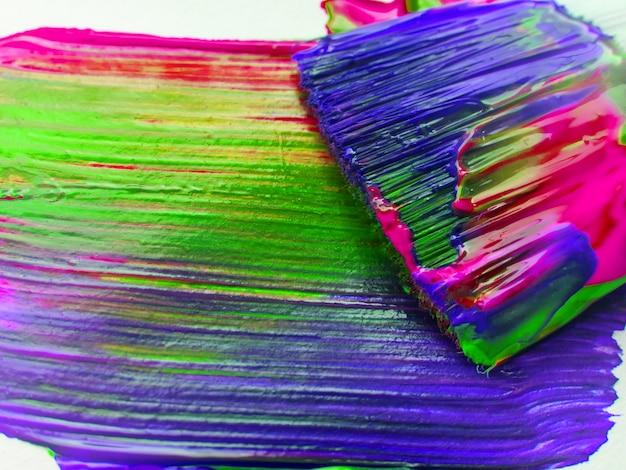 Kunstenaarspenselen met kleurrijke verfclose-up