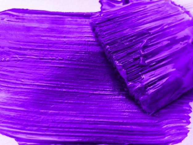 Kunstenaarspenselen met violet paarse verfclose-up
