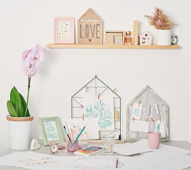 Kunstenaarswerkplaats met kunstbenodigdheden penselen, verf en aquarellen