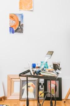 Kunstenaarsworkshop met schilderijen op muur
