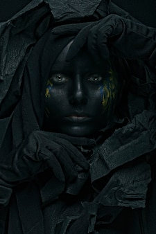 Kunstfoto van een mooie vrouw met zwart gezicht