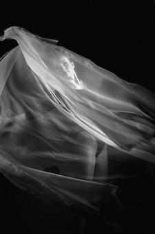 Kunstfoto van een vrouwelijke turner. zwart en wit