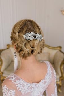 Kunstfoto van een zachtaardige mooie vrouw met blonde, bruid, prachtige dure witte jurk