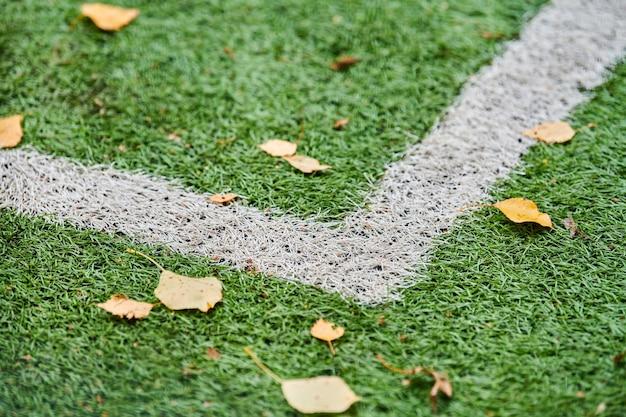 Kunstgras, sportveldbedekking met markering. kunstgras gebruikt in verschillende sporten: voetbal, voetbal, rugby, tennis, honkbal, american football, golf, hockey en andere.