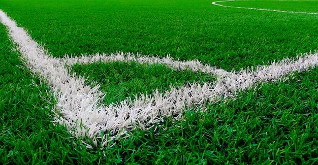 Kunstgras voetbalveld met hoek en middenmarkeringslijn