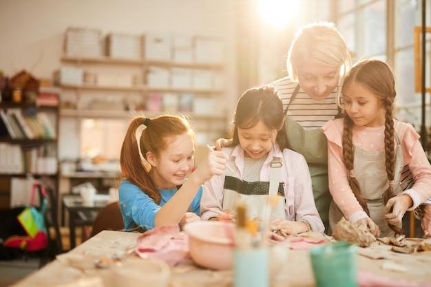 Kunstleraar werken met kinderen