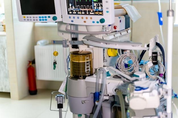 Kunstlongventilatiemonitor op de intensive care. verpleegkundige met medische apparatuur. ventilatie van de longen met zuurstof.