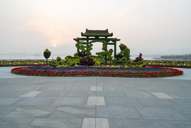 Kunstmatig plantenlandschap in parktuin