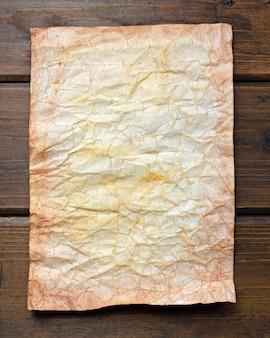 Kunstmatig verouderd papier op een bruine rustieke houten