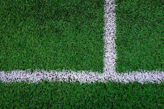 Kunstmatig voetbalveld met markeringslijn