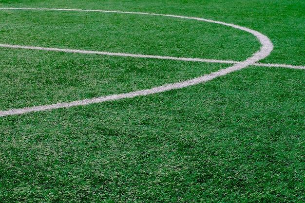 Kunstmatig voetbalveld met middenmarkeringslijn