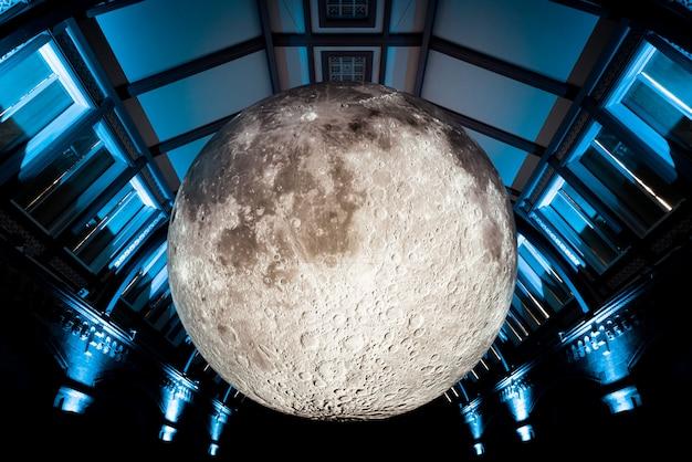 Kunstmatige maan in natural history museum of london