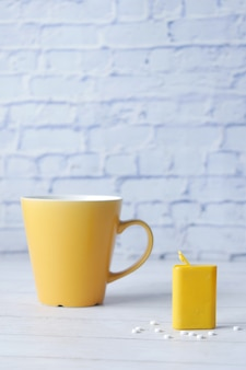 Kunstmatige zoetstofcontainer en koffiemok op tafel