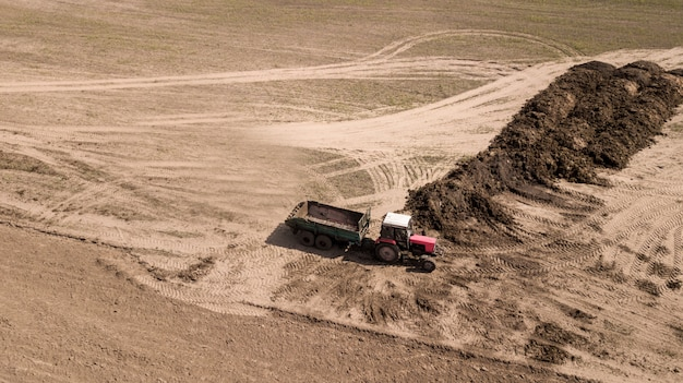 Kunstmest graafmachine laden. meststof op het veld.
