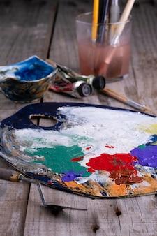 Kunstpalet met verf en een penseel