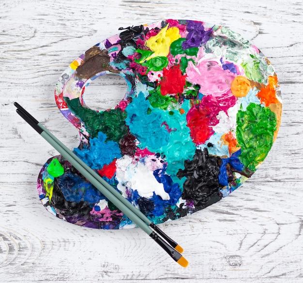 Kunstpalet met verf en penselen