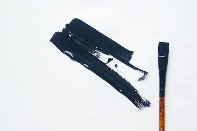 Kunstpenseel op papier met kopieerruimte