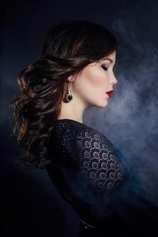 Kunstportret van een aziatische jonge donkerbruine vrouw
