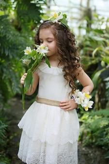 Kunstportret van een meisje dat witte vintage kleding draagt.