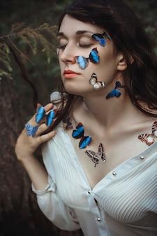 Kunstportret van naakte vrouw met blauwe vlinders