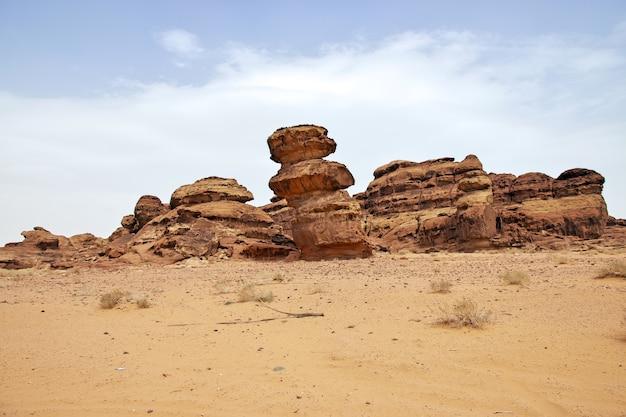Kunstrotsen in de woestijn dichtbij al ula in saoedi-arabië
