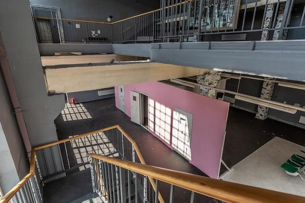 Kunstruimte-interieur met roze muren en zonlicht afkomstig van de enorme ramen
