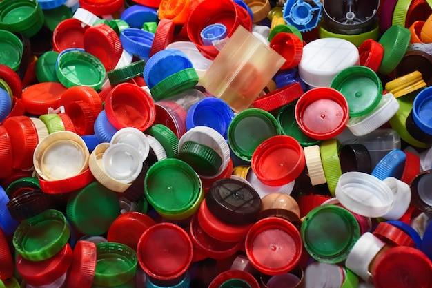 Kunststof deksels die milieuvervuiling veroorzaken, worden ingezameld voor recycling secundaire grondstof