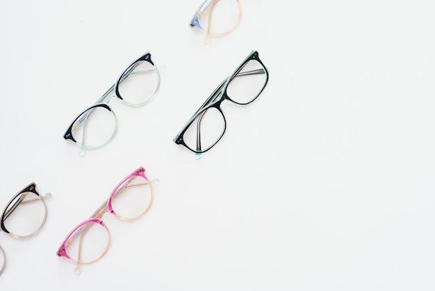 Kunststof frame voor kinderen voor brillen. bespotten voor het ontwerp van optiekwinkel en winkel, oogkliniek. bril voor lezen en afstand, correctie van het zicht. mooie bril rand.