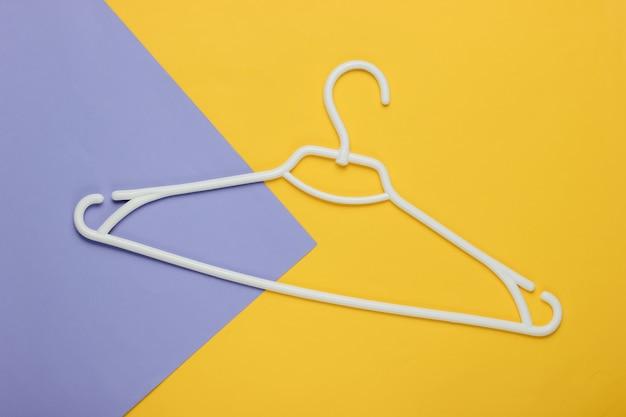 Kunststof hanger op gekleurd papier