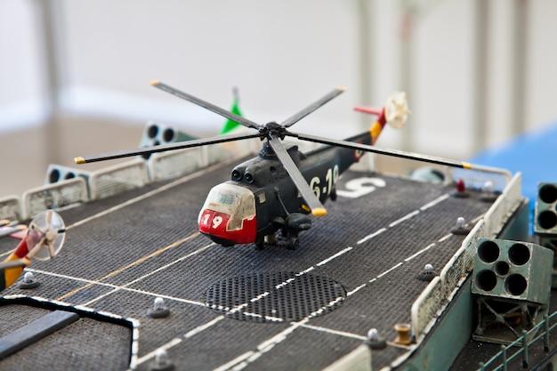 Kunststof modeldetail van oorlogsschip. openbare collectie.