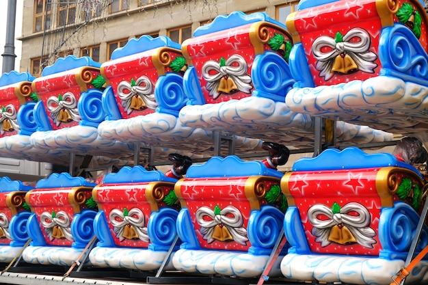 Kunststof slee van de kerstman op een rij voorbereid voor installatie op een kerstattractie voor kinderen
