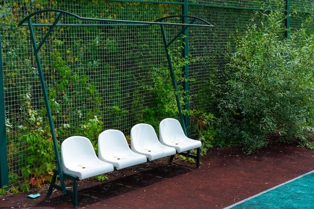 Kunststof stoelen met kapotte kap