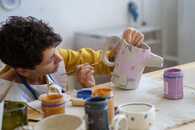 Kunsttherapie voor hobbyrecreatie vrouw bracht tijd door in een keramiekatelier om te ontspannen met aardewerk