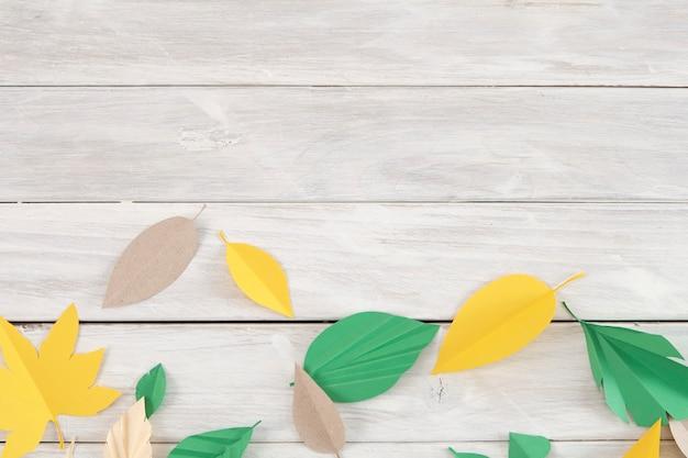Kunstwerk, de bladeren zijn gemaakt van gekleurd papier.