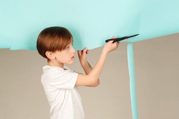 Kunstworkshops voor kinderen. toekomstige mode-kinderontwerper met geweldig idee. toekomstig beroep, jongen die droomt om ontwerper te worden. creatieve les voor kinderen.