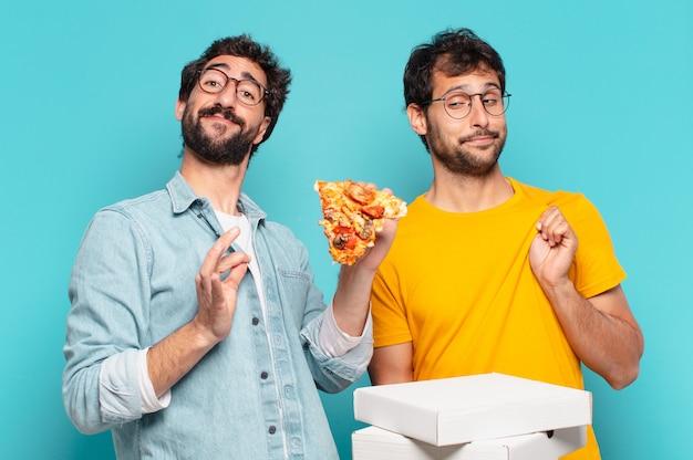 Kuople van twee spaanse vrienden, blije uitdrukking en met afhaalpizza's?