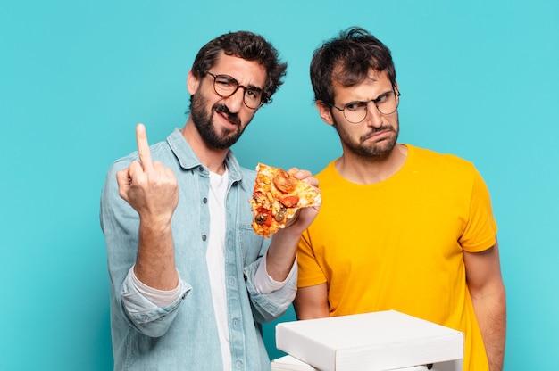 Kuople van twee spaanse vrienden, boze uitdrukking en afhaalpizza's vasthouden?