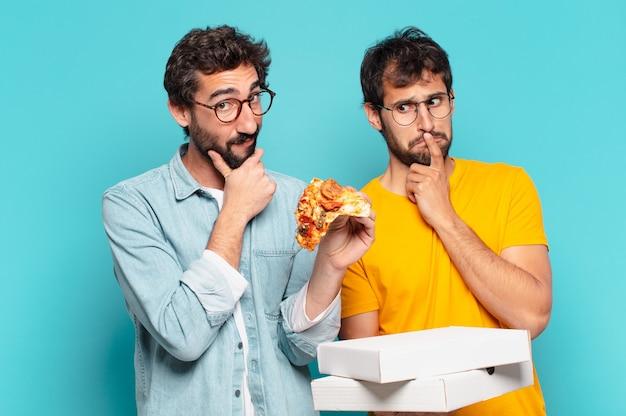 Kuople van twee spaanse vrienden die expressie denken en pizza's meenemen