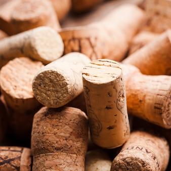 Kurken op de houten tafel. wijn- en alcoholconcept